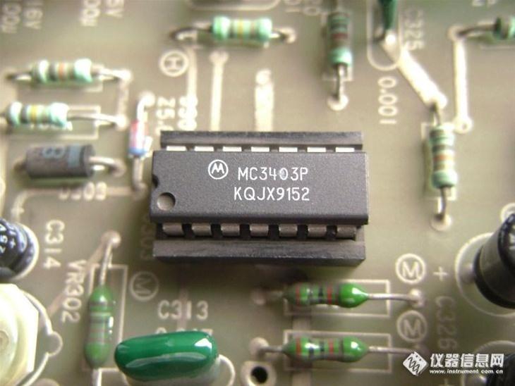 双路运放,作lm675t前级;电路板上又有一对7815,7915构成±15v稳压电源